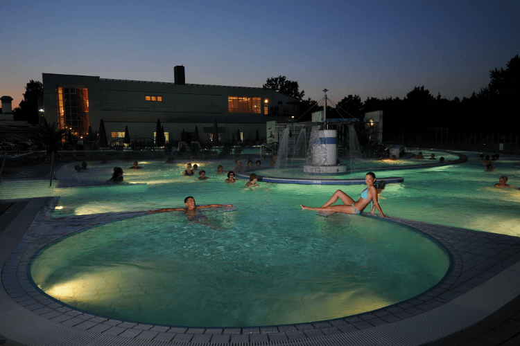 Europa Therme Abends aussen